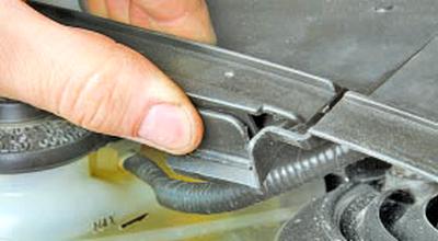 Снятие и установка облицовок моторного отсека Тойота Королла 10 Аурис