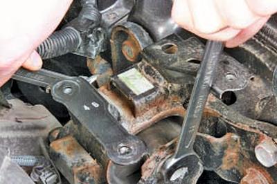 Замена левой опоры подвески силового агрегата Тойота Королла 10 Аурис