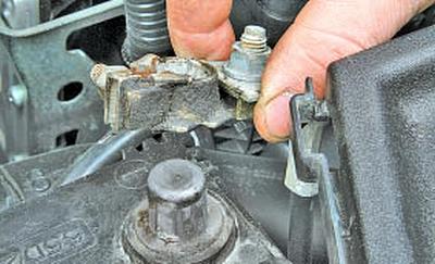 Проверка и замена датчика указателя уровня топлива Тойота Королла 10 Аурис