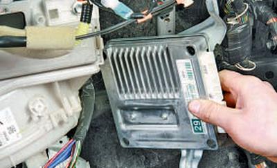Снятие и установка ЭБУ роботизированной коробки передач Тойота Королла 10 Аурис