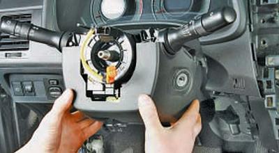 Снятие и установка комбинации приборов Тойота Королла 10 Аурис