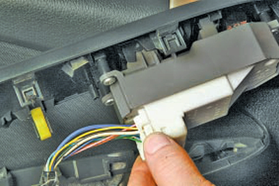 Замена блока управления электростеклоподъёмниками Тойота Королла 10 Аурис