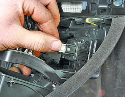 Замена блока управления зеркалами заднего вида, регулятора корректора света фар и выключателя омывателя фар Тойота Королла 10 Аурис
