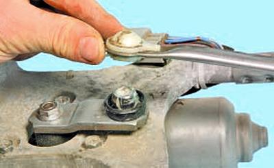 Замена моторедуктора стеклоочистителя ветрового окна Тойота Королла 10 Аурис