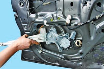 Замена моторедуктора стеклоподъёмника передней двери Тойота Королла 10 Аурис