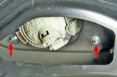 Замена заднего фонаря, расположенного на крышке багажника Тойота Королла 10 Аурис