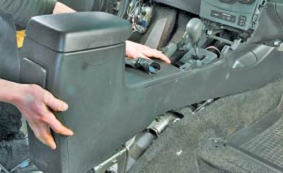 Снятие и установка селектора управления роботизированной коробкой передач Тойота Королла 10 Аурис