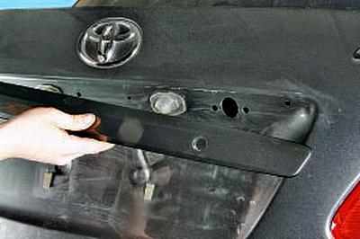 Снятие и установка декоративной накладки крышки багажника Тойота Королла 10 Аурис