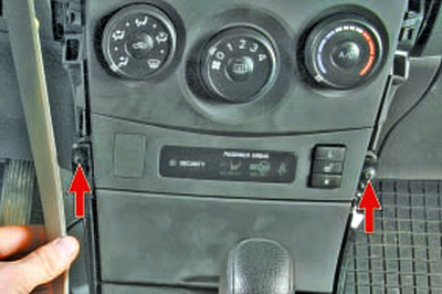 Снятие и установка элементов центральной консоли Тойота Королла 10 Аурис