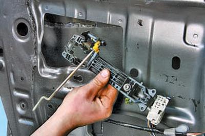 Снятие и установка наружной ручки и выключателя замка передней двери Тойота Королла 10 Аурис