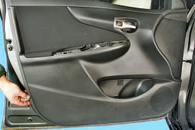 Снятие и установка облицовки передней двери Тойота Королла 10 Аурис