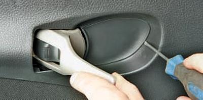 Снятие и установка облицовки задней двери Тойота Королла 10 Аурис