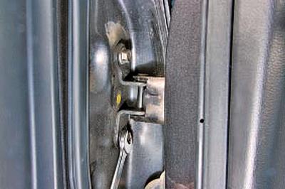 Снятие и установка передней двери Тойота Королла 10 Аурис