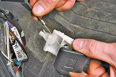 Снятие и установка рычага привода замка капота Тойота Королла 10 Аурис