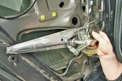 Снятие и установка стеклоподъёмника задней двери Тойота Королла 10 Аурис