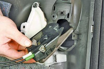 Снятие и установка внутренней ручки задней двери Тойота Королла 10 Аурис