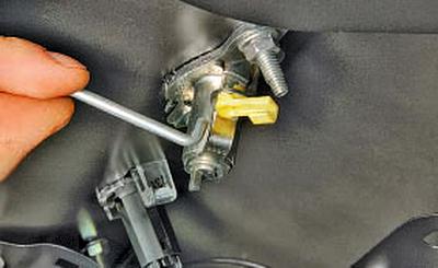 Снятие и установка замка крышки багажника Тойота Королла 10 Аурис