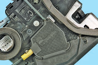 Снятие и установка замка задней двери Тойота Королла Аурис E150
