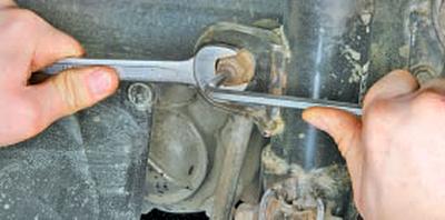 Снятие и установка амортизаторной стойки передней подвески Тойота Королла 10 Аурис