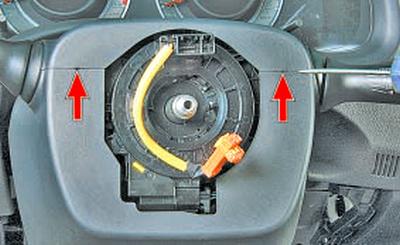 Снятие и установка кожуха рулевой колонки Тойота Королла 10 Аурис