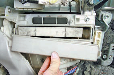 Замена фильтра поступающего в салон воздуха Тойота Королла 10 Аурис