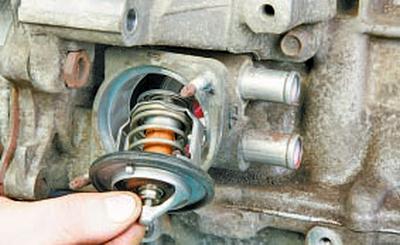 Снятие и установка термостата Тойота Королла 10 Аурис