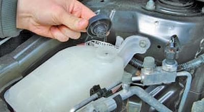 Замена охлаждающей жидкости Тойота Королла 10 Аурис