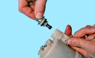 Проверка и замена регулятора давления топлива Тойота Королла 10 Аурис