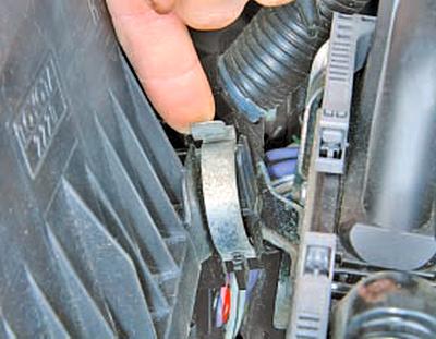 Снятие и установка воздушного фильтра Тойота Королла 10 Аурис