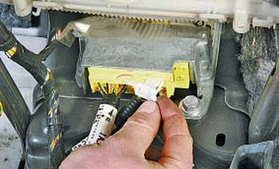 Снятие и установка электронного блока управления системой пассивной безопасности Тойота Королла 10 Аурис