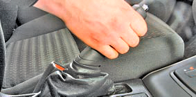 Регулировка привода стояночного тормоза Тойота Королла 10 Аурис