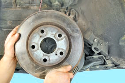 Замена тормозного диска тормозного механизма переднего колеса Тойота Королла 10 Аурис
