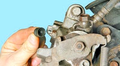 Замена тормозной жидкости в гидроприводе тормозов Тойота Королла 10 Аурис