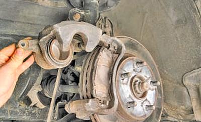 Замена тормозных колодок тормозных механизмов передних колес Тойота Королла 10 Аурис