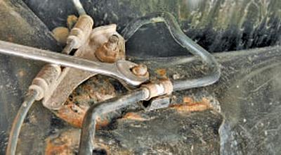 Замена тросов привода стояночного тормоза Тойота Королла 10 Аурис