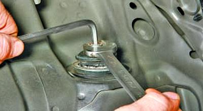 Снятие и установка амортизатора задней подвески Тойота Королла 10 Аурис
