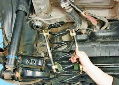 Замена пружины задней подвески Тойота Королла 10 Аурис